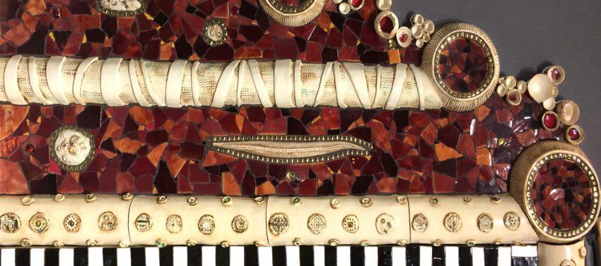 détail encadrement de porte céramique mosaïque